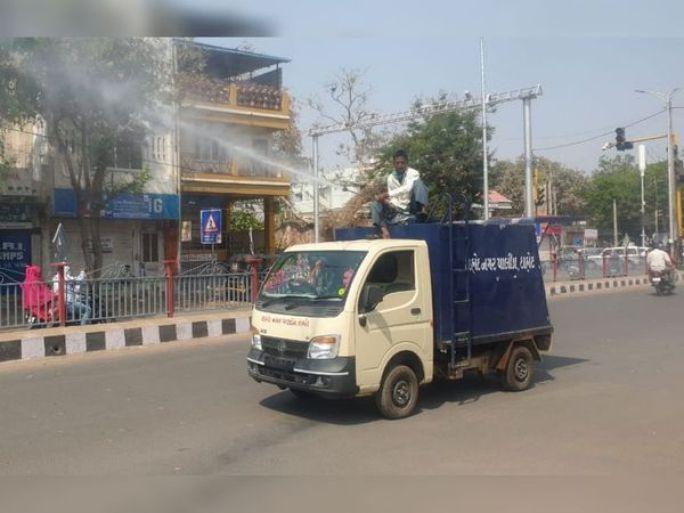 દાહોદ શહેર રવિવારે જડબેસલાક બંધ રહ્યું હતું. તેમજ પાલિકા દ્વારા વિવિધ વિસ્તારો સેનેટાઇઝ કરાયા હતા. ફતેપુરામાં પણ રવિવારે ધંધા રોજગાર બંધ જોવા મળ્યા હતા. - Divya Bhaskar