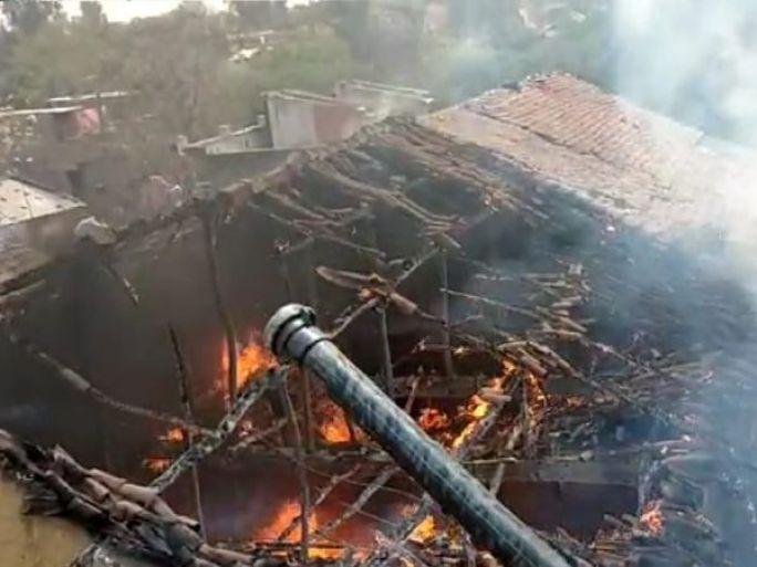 રાંધણ ગેસનો સિલિન્ડર ફાટતાં ઘરવખરી બળીને ખાખ - Divya Bhaskar