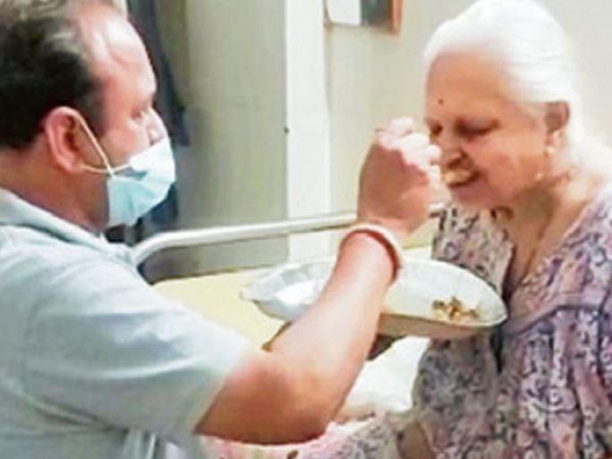 માતાની સેવા કરતા સંજીવભાઇ દેસાઇ. - Divya Bhaskar