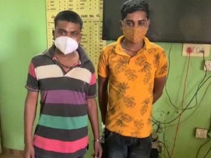 કાર વડે પોલીસને કચડી નાખવાનો પ્રયાસ કરાનારા બે બૂટલેગરોની તસવીર. - Divya Bhaskar