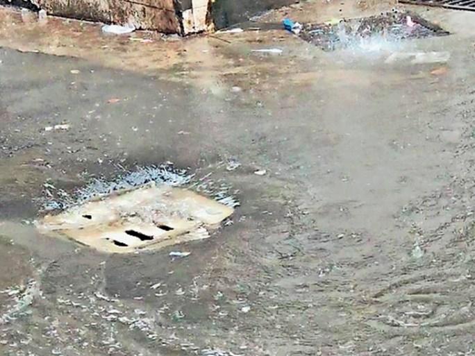 દાહોદમાં સ્માર્ટ સિટીની કાર્યવાહી અંતર્ગત વરસાદી પાણીના પ્રોજેક્ટની જાળીઓ રસ્તાથી નીચાઈએ ફીટ કરાતા સર્જાયેલી મુશ્કેલી. - Divya Bhaskar