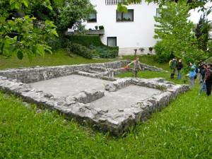 Imena rimske naselbine na Mostu, ki je doživela svoj višek v 3. in 4. stol. po Kr., ne poznamo. Rimska hiša na sliki je imela hipokavst in sudarij.
