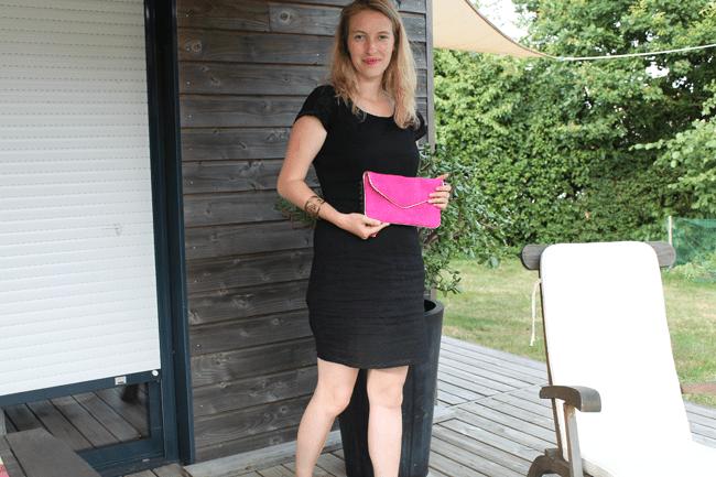 Robe noire-pochette rose