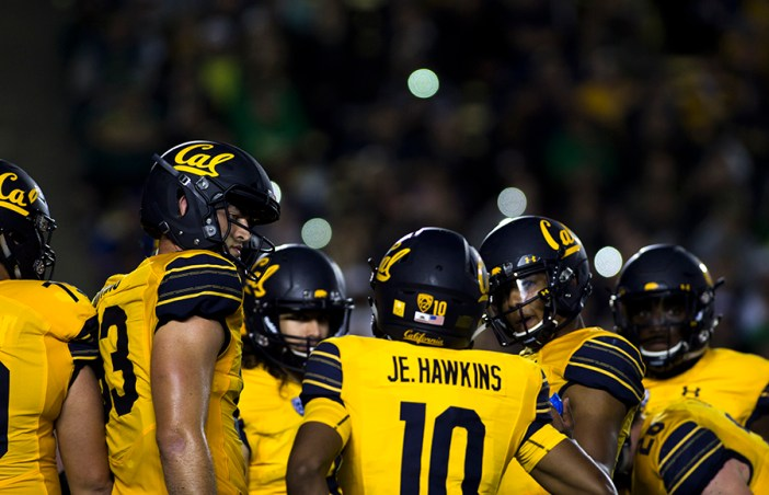 Tight end Ian Bunting (83) and wide receiver Jeremiah Hawkins (10) join an offensive huddle during Cal's home game against Oregon. KAREN CHOW/SENIOR STAFF