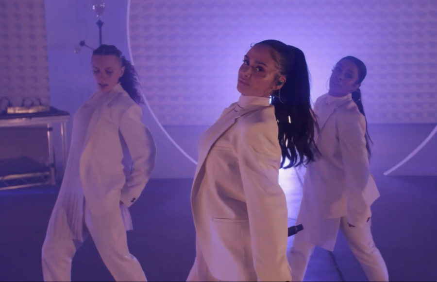 photo of music artist Kehlani dancing with 2 background dancers