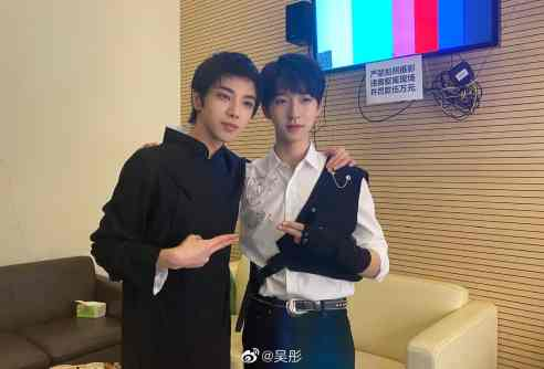 El-5sYrWMAA8TQG-1-300x204 Hua Chenyu and TNT's He Junlin Take A Selfie Worth 50 000RMB