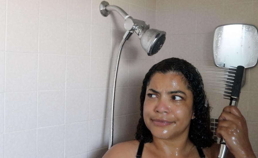 Use la Ducha de Baño con Cepillo de Conair en el cabellor rizado