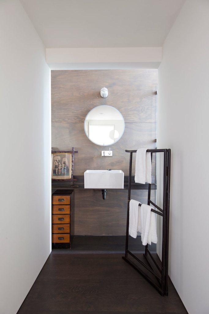 Minimalist Junsei House - Bathroom