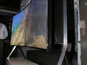 CES 2015 ทีวีดูจอแบนก็ได้ สั่งให้โค้งก็ดูดี