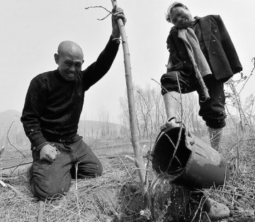 The Blind Man & Armless Friend Who Planted Over 10,000 Trees
