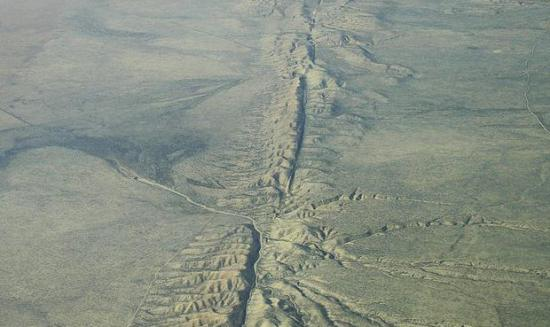 Fault-line (Image by Ikluft, Creative Commons licence)