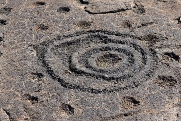 Cup and ring marks in lava rock, Hawaii (by 'Netherzone', CCASA 4.0 licence)