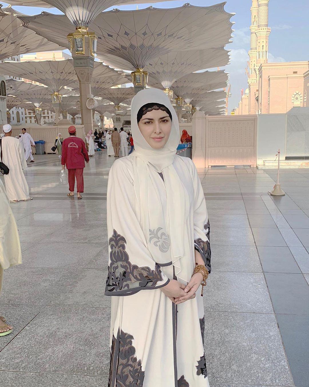 Natasha Khalid of Natasha Salon and Grand Daughter of Noor Jahan Performed Umrah with Husband
