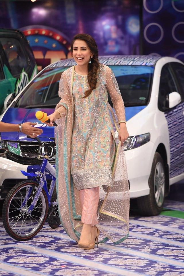 Gorgeous Ushna Shah and Ali Rehman Khan in Jeeto Pakistan