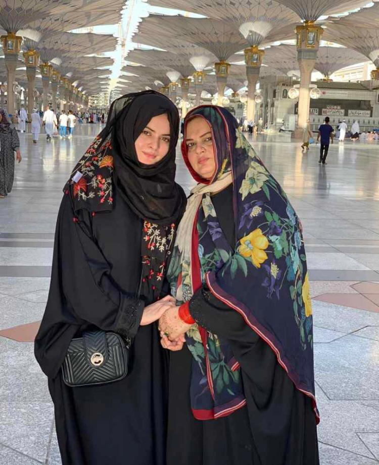 New Photos of Minal Khan with her Mother and Brother in Madina Munawara