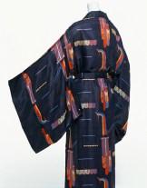 """Wiener Werkstätte, Vestaglia a kimono, 1928 circa, tessuto """"Hoby"""", seta stampata con metodo habutae a motivi di pavoni, disegnato da Mathilde Flögl. Kyoto, Collezione The Kyoto Costume Institute."""