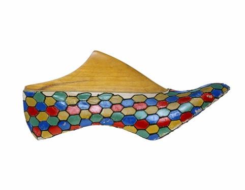 Salvatore Ferragamo, Prototipo di décolleté, 1930-1935, capretto dipinto ricamato a punto catenella. Firenze, Museo Salvatore Ferragamo. Foto Arrigo Coppitz.