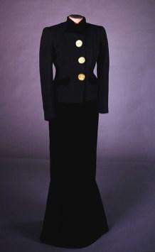 Elsa Schiaparelli, Tailleur, collezione autunno/inverno 1938- 1939, tessuto di lana bouclé, bottoni di bronzo dorato di François Hugo da un modello di Alberto Giacometti. Berlino, Deutsche Kinemathek-Marlene Dietrich Collection.