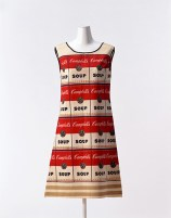 Campbell Soup Company, The Souper Dress, 1968, tessuto non tessuto in carta, cellulosa e cotone stampato con l'immagine della lattina di Campbell Soup. Kyoto, Collezione The Kyoto Costume Institute.