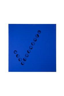 Paolo Scheggi, Intersuperficie curva, 1967, acrilico blu su tre tele sovrapposte. Milano, Collezione Franca e Cosima Scheggi. Fotografia di Francesca Sancassani. © Paolo Scheggi/SIAE
