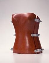 Hussein Chalayan, Corpetto, collezione autunno/inverno 1995- 1996, quattro pezzi di legno uniti da bulloni metallici. Kyoto, Collezione The Kyoto Costume Institute