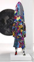Nick Cave, Soundsuit, 2010, struttura decorata a scacchi sul davanti e paillettes blu sul retro, perline e paillettes vintage, leggings in maglia. Verona, Galleria Studio la Città