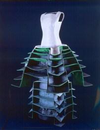 """Roberto Capucci, """"Ematite"""", 1995, gonna in taffetas di seta plissettata con elementi architettonici a nido d'ape, corpetto in taffetas di seta. Roma, Archivio Fondazione Roberto Capucci."""