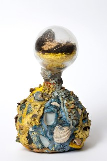 Senza titolo. Laurence Vail (Parigi 1891-1968), s.d., bottiglia di vetro e collage, h. cm 21.Venezia, Collezione Peggy Guggenheim, 76.2553. Foto di Sergio Martucci