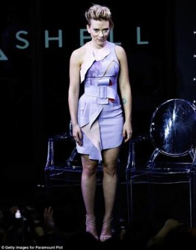 3A55775900000578-3932014-Futuristic_frock_Scarlett_Johansson_showed_off_her_stunning_curv-a-2_1479055641551