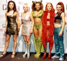 PKT5175-376580 SPICE GIRLS POP GROUP 1998 The Spice Girls, backstage at the MTV Europe Music Awards ceremony in Rotterdam tonight after being presented with the award for Best Group.
