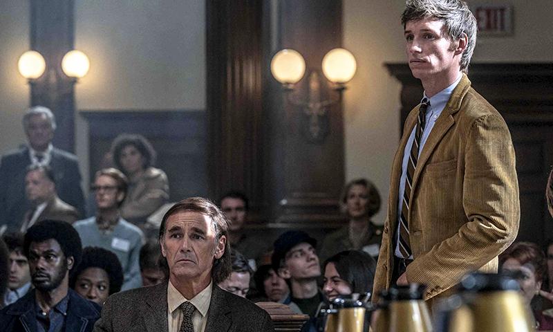 Mark Rylance (avvocato Kunstler) e Eddie Redmayne (Tom) in una scena del film di Sorkin