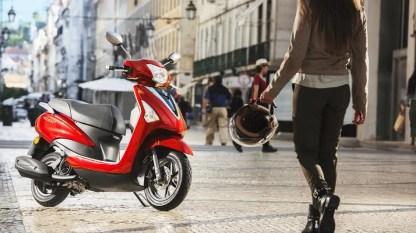 2017-Yamaha-D'elight-125-EU-Lava-Red-Static-001