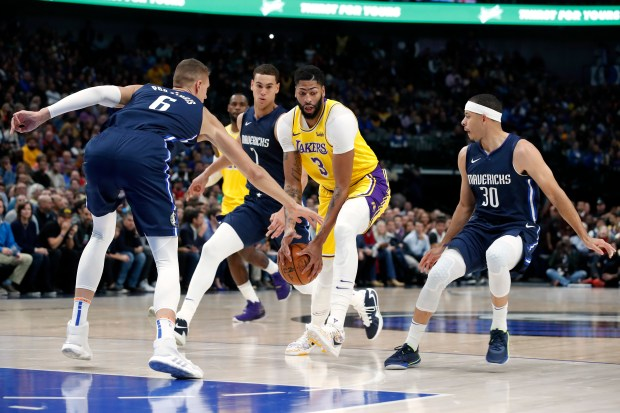 Lebron James Anthony Davis Help Lakers Outlast Mavericks