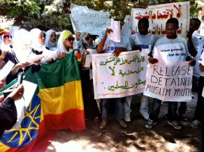 Protesters outside the embassy of Ethiopia in Cairo want the government in Addis Ababa to respect the constitutional rights of Muslims (photo: Maryam Ishani)