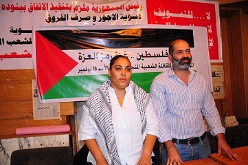 """Rasha Azab (left) and Mohamed Waked hold a press conference in Cairo announcing the formation of a """"political convoy"""" to the Gaza Strip. (DNE / Hassan Ibrahim)"""