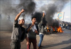 Anti-constitution protesters clash with pro-constitution protesters in Alexandria (File photo by AFP Photo)