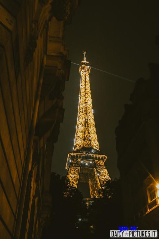 immagine della torre eiffel illuminata