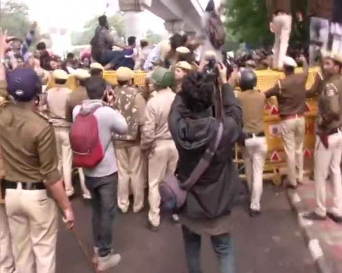CAB protest by Jamia students turns violent; police lathicharge protestors