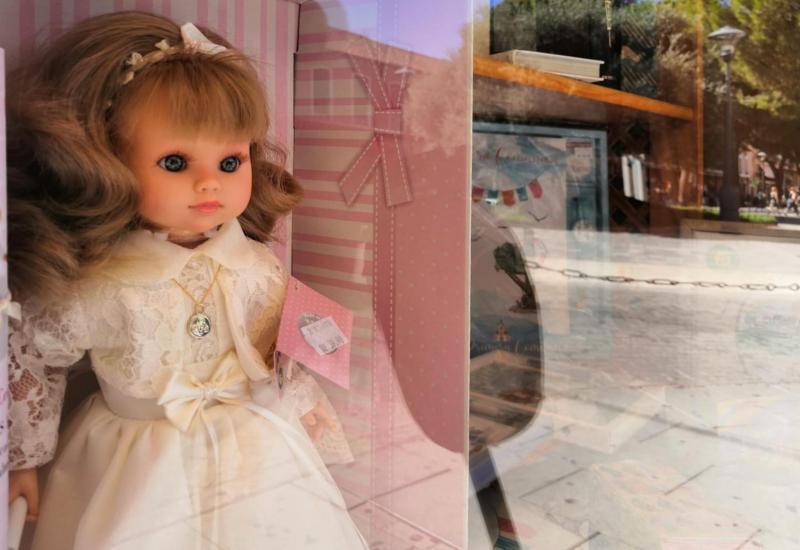 Muñeca vestida de comunión