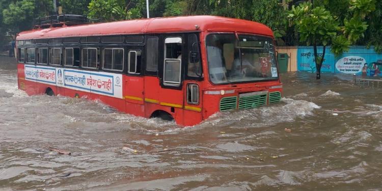 Heavy rain in Mumbai, life affected