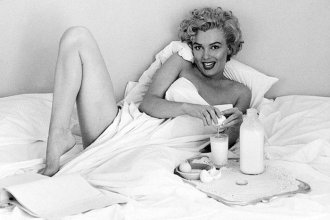 53 30534 marilyn monroe in bed 1447204528 - El Bizarro Desayuno de Marilyn Monroe