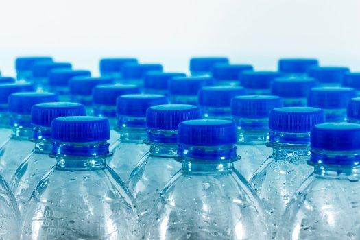 Plastikflaschen in Reih' und Glied sorgen auf der Deponie und unserem Blut für mehr statt weniger Plastik