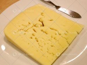Δείτε πώς θα πετύχετε τις τέλειες οπές στο τυρί που θα φτιάξετε