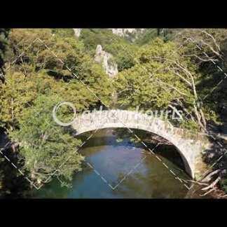 αγορά πλάνα βίντεο on line Πέτρινο γεφύρι Βοϊδομάτη στην Κλειδωνιά διάρκειας 24 sec V-1001