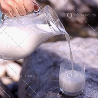 photo ποτήρι κανάτα Γάλα P-10038 αγορά φωτογραφία ποτήρι και κανάτα με γάλα on line