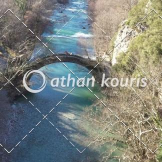αγορά πλάνα βίντεο on line - πέτρινο γεφύρι Βοϊδομάτη στην Κλειδωνιά Φθινόπωρο διάρκειας 25 sec V-1108