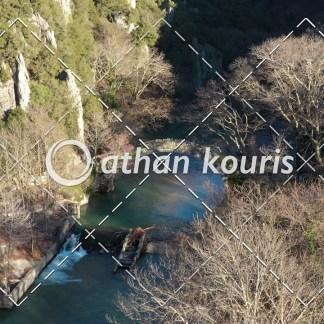 αγορά πλάνα βίντεο on line - πέτρινο γεφύρι Βοϊδομάτη στην Κλειδωνιά Φθινόπωρο διάρκειας 32 sec V-1112