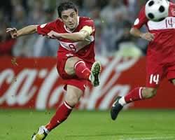 Nihat Kahveci (Turki) mencetak Gol ketika melawan Czech Republic