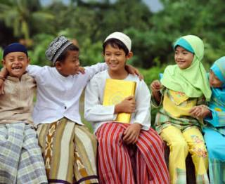 anak-anak-baju-koko-sarung-jilbab