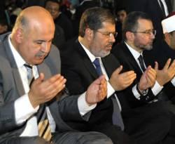 Mahmoud Makky (kiri) dan Presiden Mesir Muhammad Mursi (tengah). (yahoo)